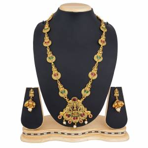 Grab this Pretty Necklace Set In Golden Color Which Gives A Rich And Elegant Look To Your Neckline. This Necklace Set Can Be Paired With Or Any Contrasting Colored Attire. Buy Now