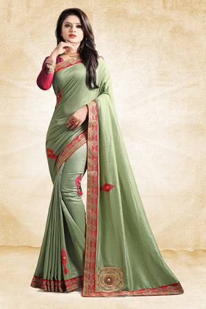 Here Is A Rich And Elegant Looking Designer Saree In Light Color Paired With Contrasting Dark Pink Colored Blouse. This Saree And Blouse Are Silk Based With A Very Pretty Color Pallete Which Earn You Lots Of Compliments From Onlookers.