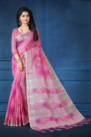Grab This Pretty Printed Saree For Your Semi-Casuals. This Saree And Blouse Are Fabricated On Linen Beautified With Flaoral Prints All Over It, This Saree Is Light In Weight And Easy To Carry All Day Long