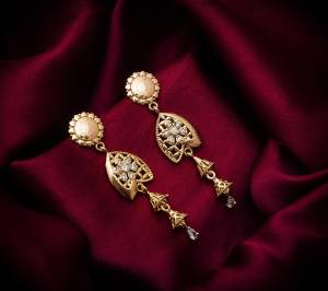 Here Is A Very Pretty Pair Of Simple And Elegant Looking Earring?Set In Rose Gold color. It Has Pretty Unique pattern With Attractive Diamond Work. You can Pair This Even With Simple Attire As Well As A Heavy One. This Pretty Evergreen Design Compliments Any Kind Of Attire You Wear.
