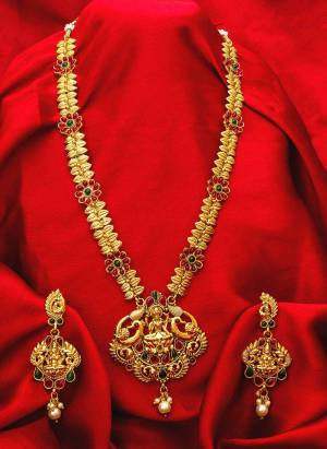 Give An Enhanced Look To Your Personality By Pairing Up This Beautiful Necklace Set With Your Ethnic Attire. This Pretty Set Is In Golden Color Beautified With Stone And Pearl Work. Buy Now.