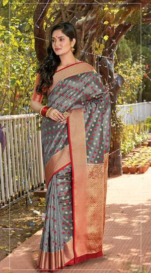 Flaunt Your Rich And Elegant Taste In This Pretty Silk Based Saree In Grey Color. Its Pretty Blouse Is Fabricated On Jacquard Silk, Buy This Heavy Weaved Saree Now