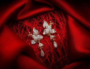 Here Is A Very Pretty Pair Of Simple And Elegant Looking Earring Set In Golden Color. It Has Pretty Unique pattern With Attractive Diamond Work. You can Pair This Even With Simple Attire As Well As A Heavy One. This Pretty Evergreen Design Compliments Any Kind Of Attire You Wear.