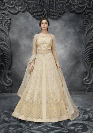 Featuring an attractive pattern is especially Woven designed for all contemporary women. Gown Fabric: - Soft Net, Length: 56 inch. Be the prettiest lady in this Finished Anarkali Gown. Package Content: 1 Gown: 1 Dupatta, Type: Anarkali, Size:- Semi-Stitched. It is ideal for Ceremony, Evening and any Wedding function