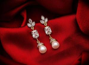 Here Is A Very Pretty Pair Of Delicate And Elegant Looking Earring?Set In Golden Color. It Has Pretty Unique pattern With Attractive Diamond Work. You can Pair This Even With Simple Attire As Well As A Heavy One. This Pretty Evergreen Design Compliments Any Kind Of Attire You Wear.